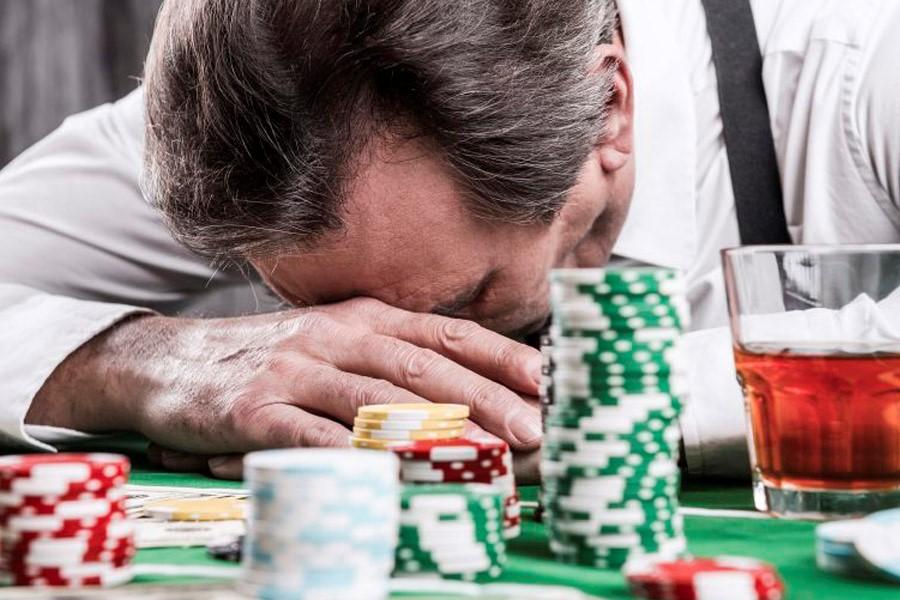 Человек, страдающий игровой зависимостью